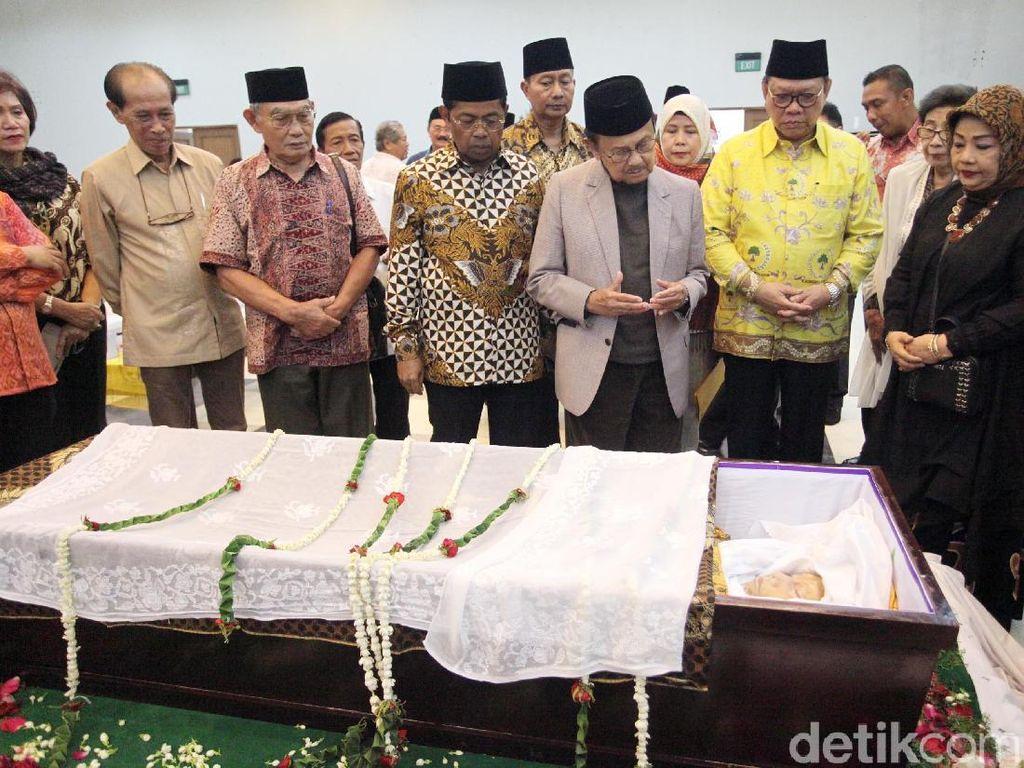 Habibie dan Menteri PPA Lepas Jenazah Sri Redjeki