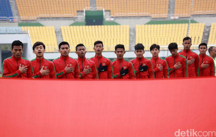 Para pemain Timnas Indonesia menyanyikan Indonesia Raya sebelum bertanding. Pool/PSSI.
