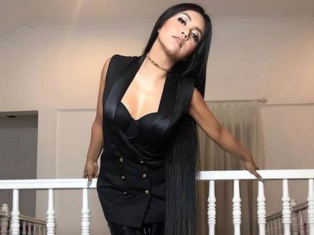 Foto : 5 Gaya Seksi Denada yang Ikut-ikutan Penampilan Nicki Minaj
