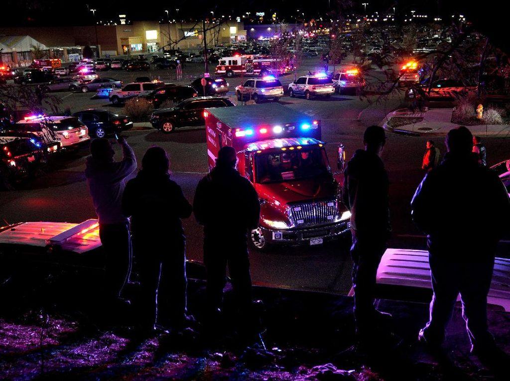Penembakan di Walmart AS, Pria Dievakuasi dengan Keranjang Belanja