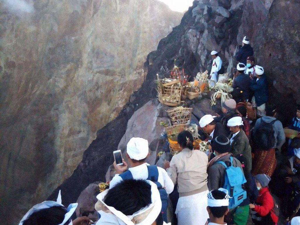 Gunung Agung Siaga, Ratusan Warga Tetap ke Puncak Kawah untuk Berdoa