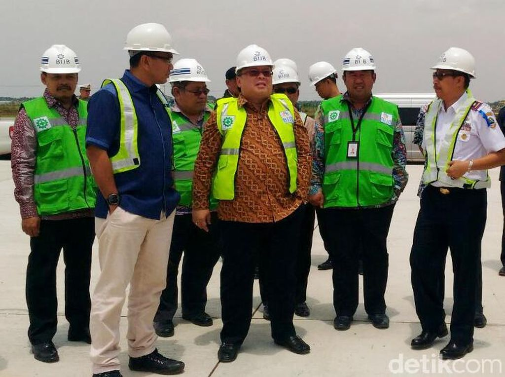 Pakai Rompi Hijau, Kepala Bappenas Cek Proyek Bandara Kertajati