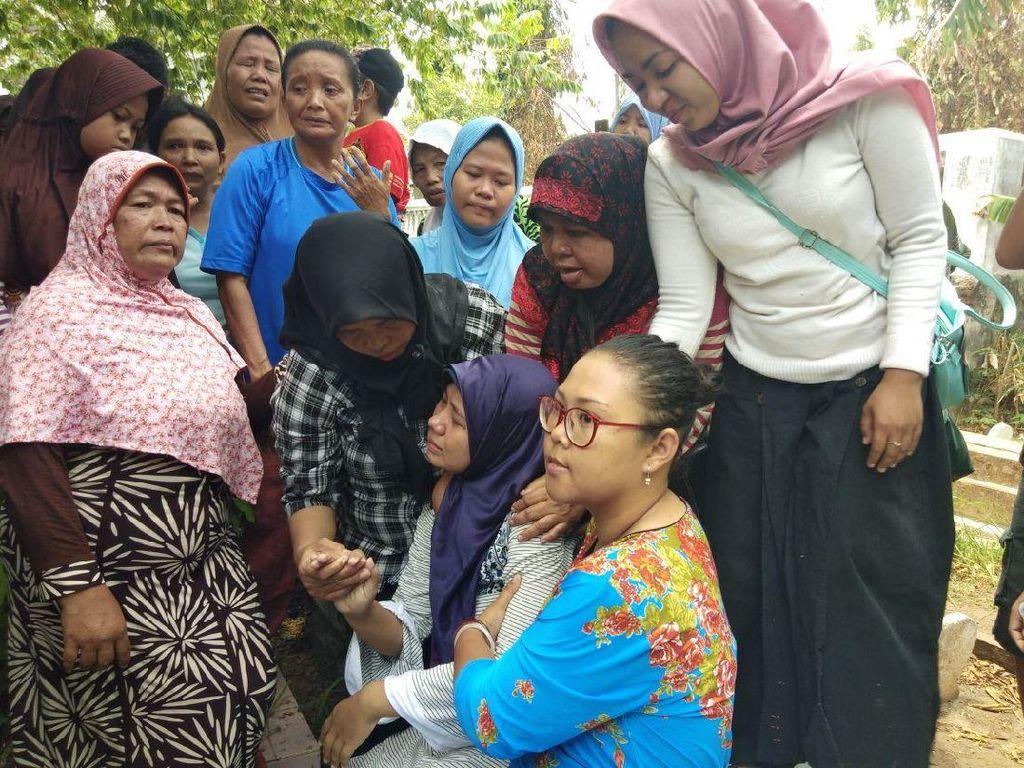 Tangis dan Pingsan Iringi Pemakaman Dedy di Probolinggo