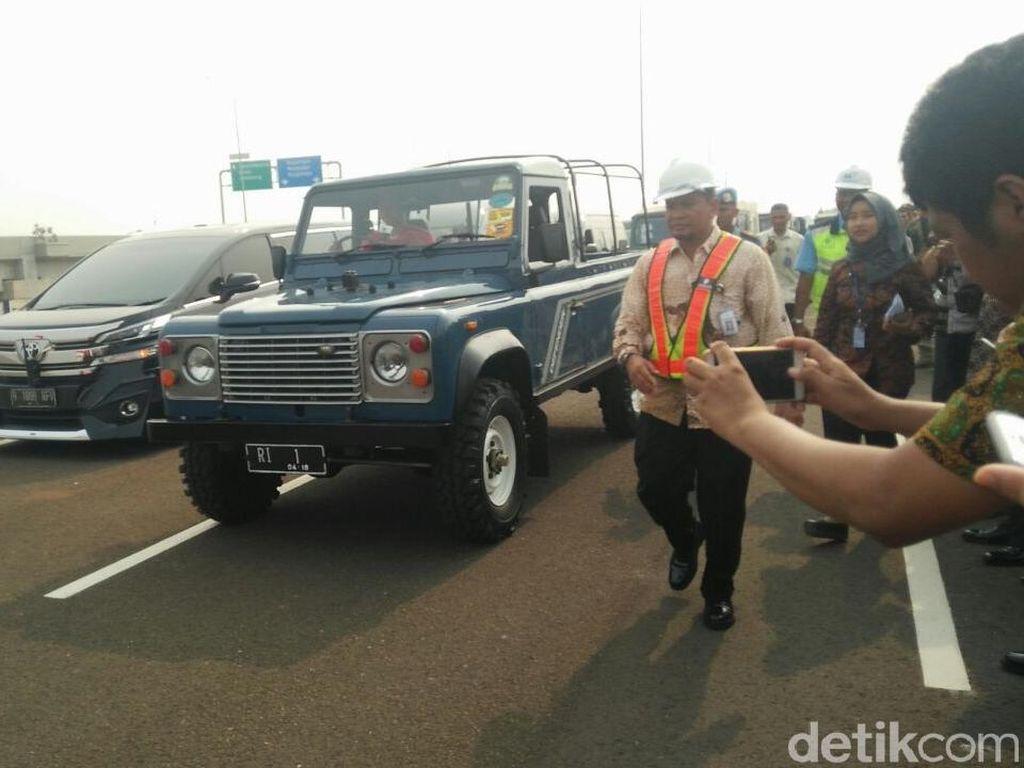 Land Rover Defender County Antar Jokowi Resmikan Tol Becakayu