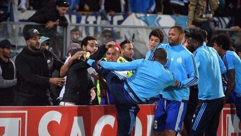Tendang Suporter, Evra Dihukum UEFA Tujuh Bulan