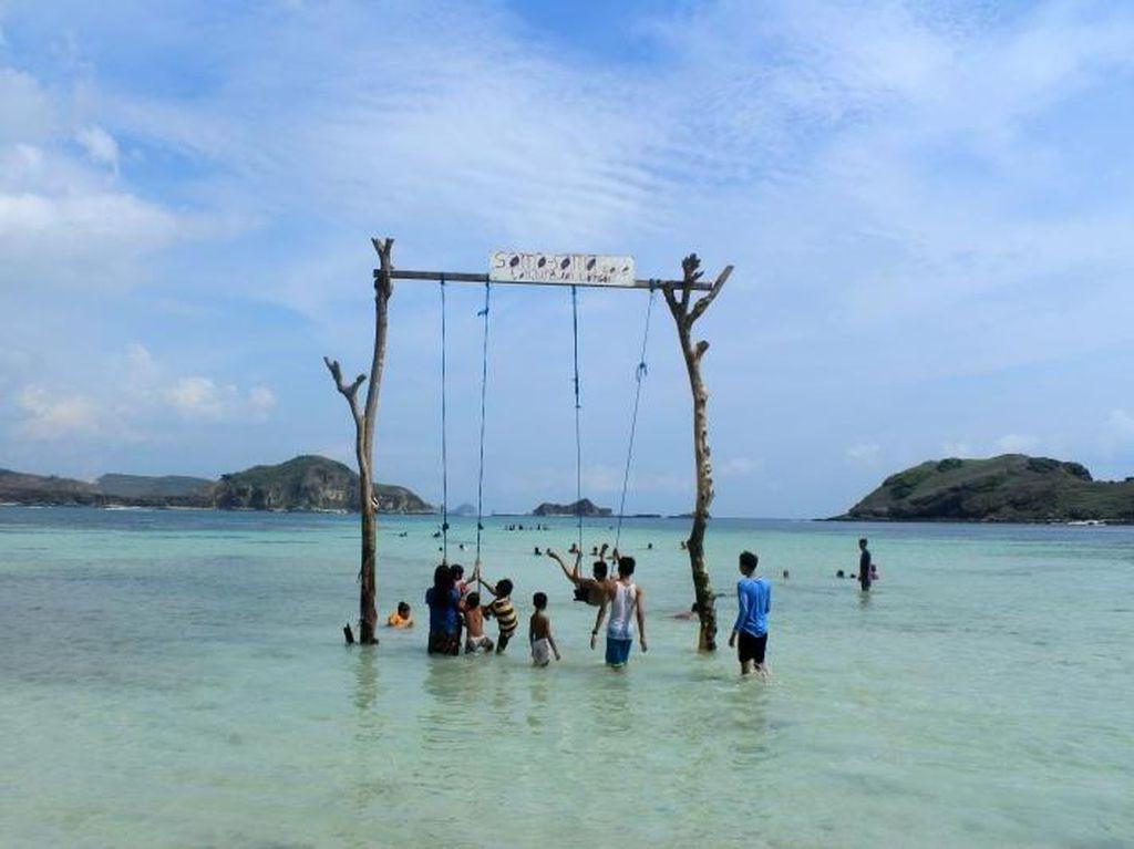 Akhir Pekan, Santai Dulu di Pantai Tanjung Aan