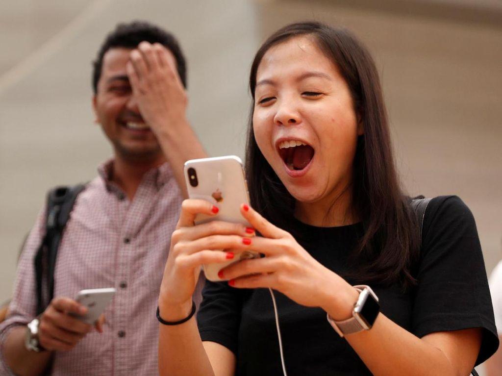 Senyum Lebar Para Fanboy Apple Genggam iPhone X