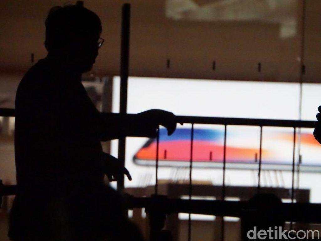 Ratusan Pengantre iPhone Ketahuan Belangnya