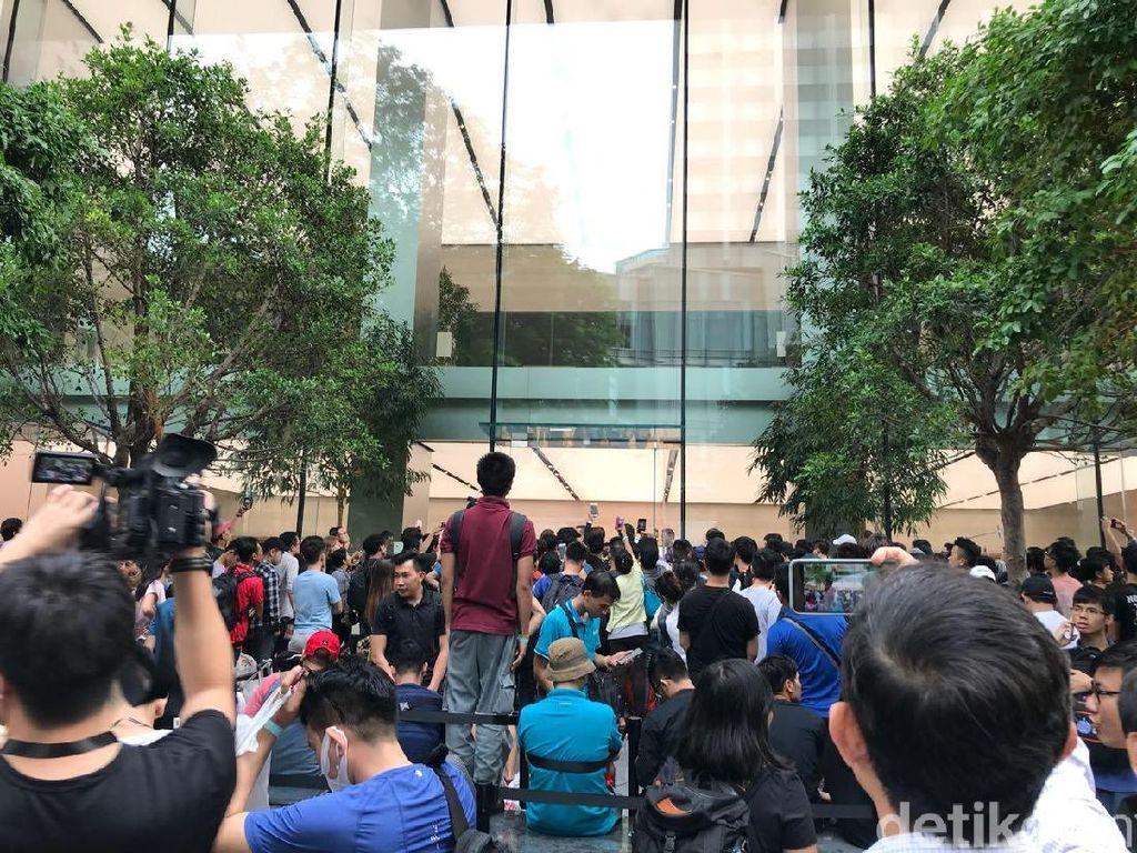 Antrean Heboh Demi iPhone X di Apple Store Singapura