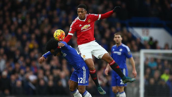 LONDON, ENGLAND - FEBRUARY 07: Anthony Martial of Manchester United tackles Willian of Chelsea during the Barclays Premier League match between Chelsea and Manchester United at Stamford Bridge on February 7, 2016 in London, England.  (Photo by Paul Gilham/Getty Images)