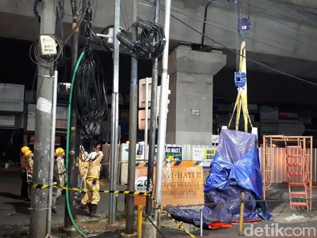 Akses Jalan Sekitar Lokasi Jatuhnya Pagar MRT di Jaksel Ditutup