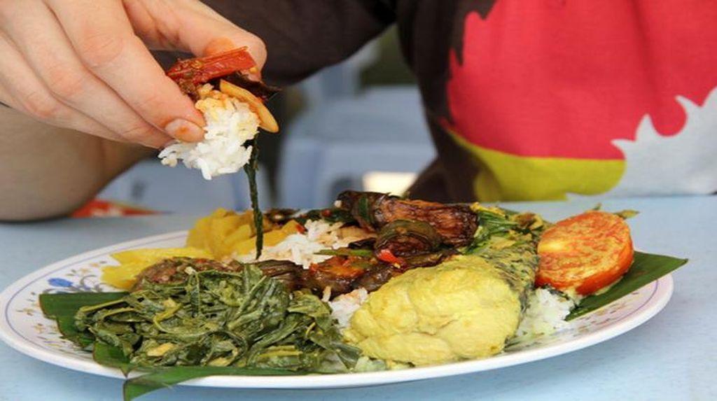 Benar Nggak Sih, 8 Kebiasaan Makan Ini Sering Dilakukan Orang Indonesia?