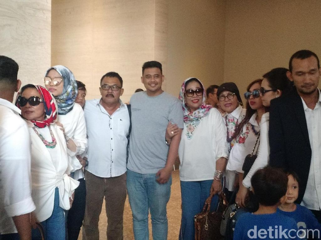 Keluarga Bobby Calon Mantu Jokowi Tiba di Solo