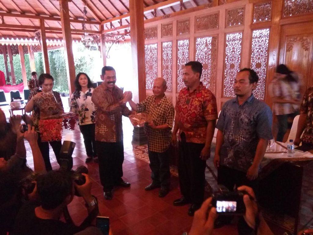 Tukang Becak Pengantar Tamu Kahiyang-Bobby Dapat Seragam Batik