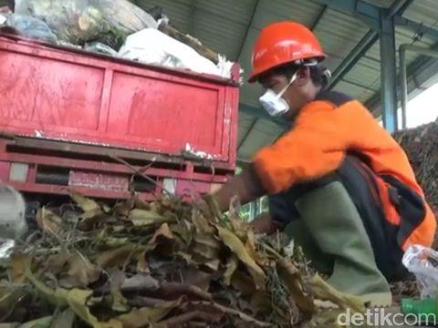 Muryani daur ulang sampah plastik jadi BBM/