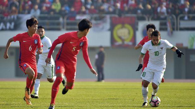 Egy Maulana Vikri (R) of Indonesia controls the ball against South Korea during the AFC U-19 Championship 2018 qualifying round football match at Paju stadium on November 4, 2017. / AFP PHOTO / VISIONSTYLER PRESS / KIM DOO-HO