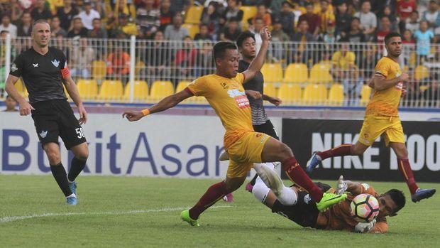Slamet Budiono mencetak hattrick untuk kemenangan Sriwijaya FC atas Persegres Gresik United 10-2.