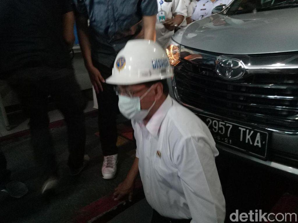 Aksi Menhub Keluar Masuk Kolong Pantau Uji KIR Taksi Online