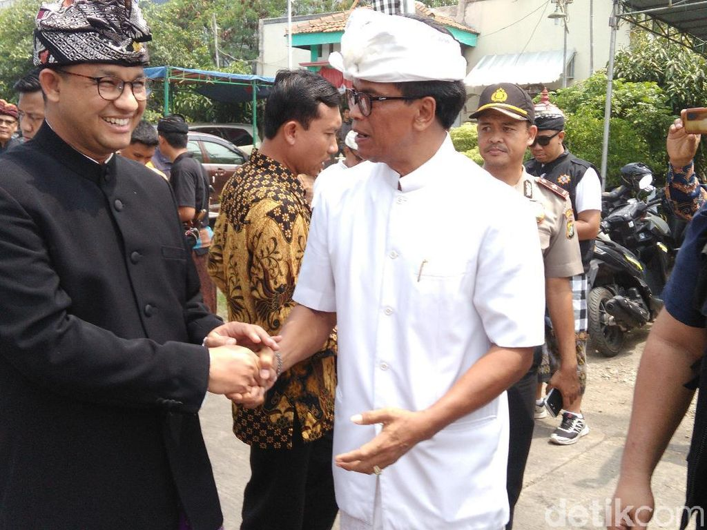 Gaya Gubernur Anies Pakai Baju Adat Bali