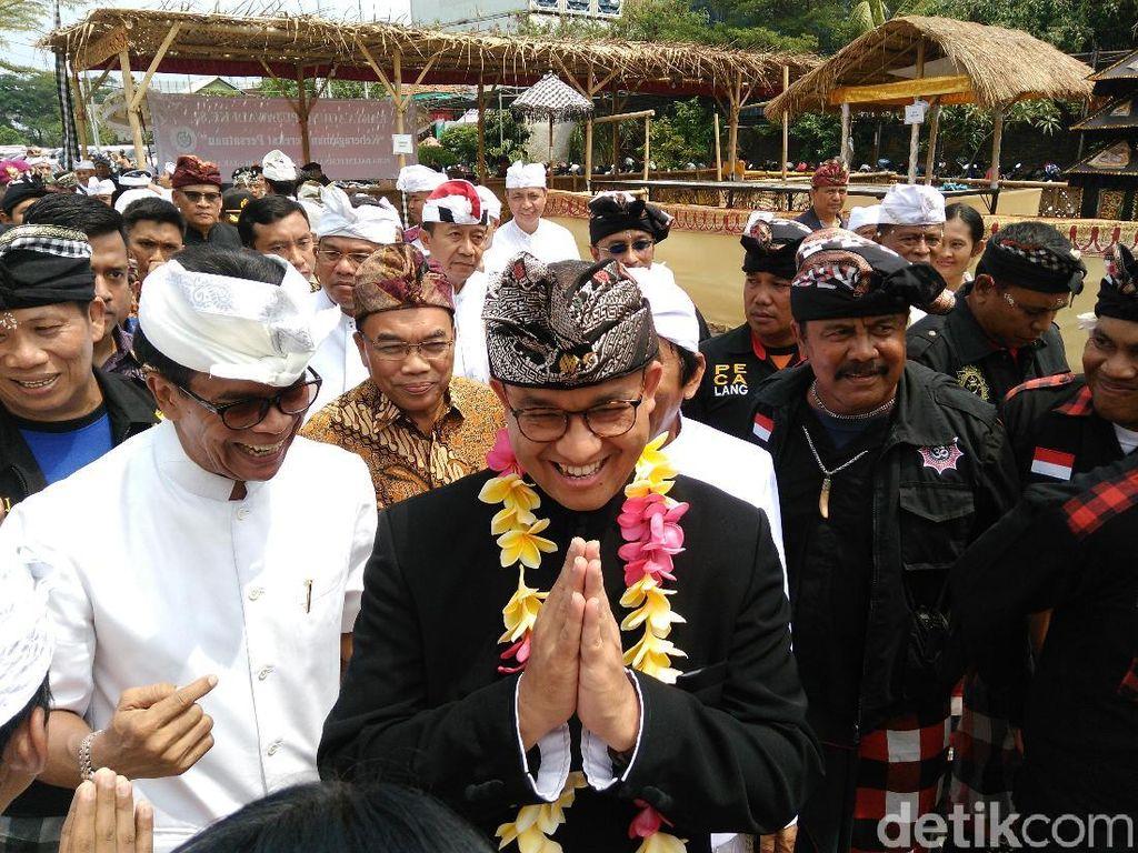 Resmikan Pura, Anies Janji Fasilitasi Ngaben Umat Hindu di Jakarta