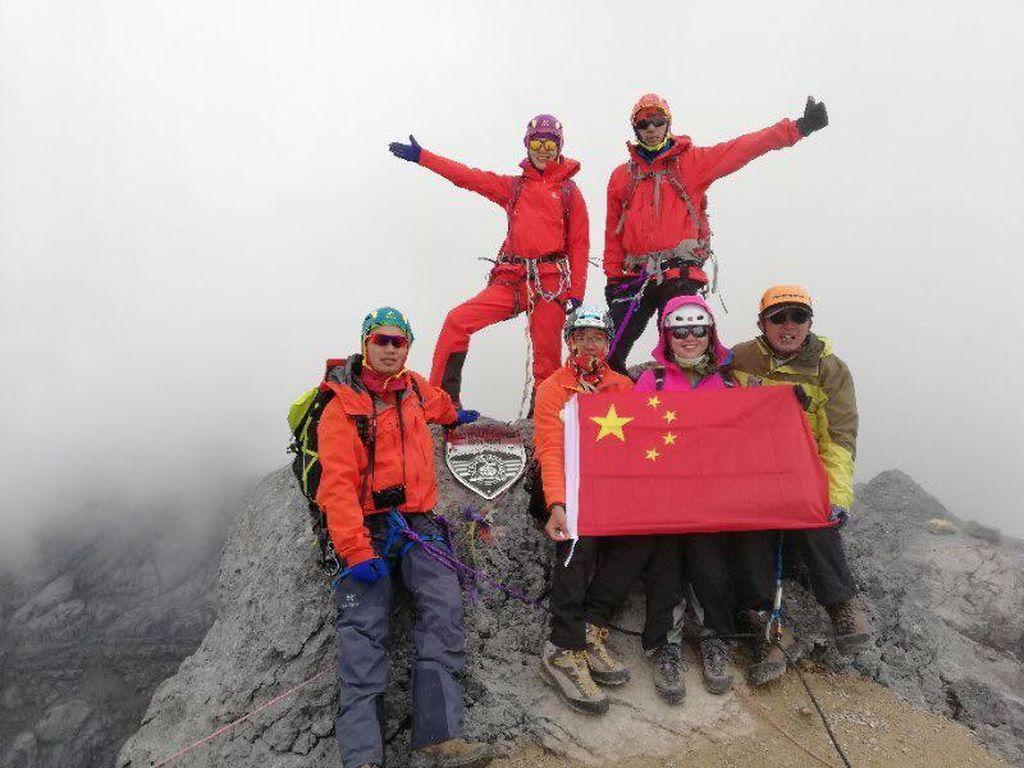 Saat Turis China Mendaki Puncak Tertinggi Indonesia