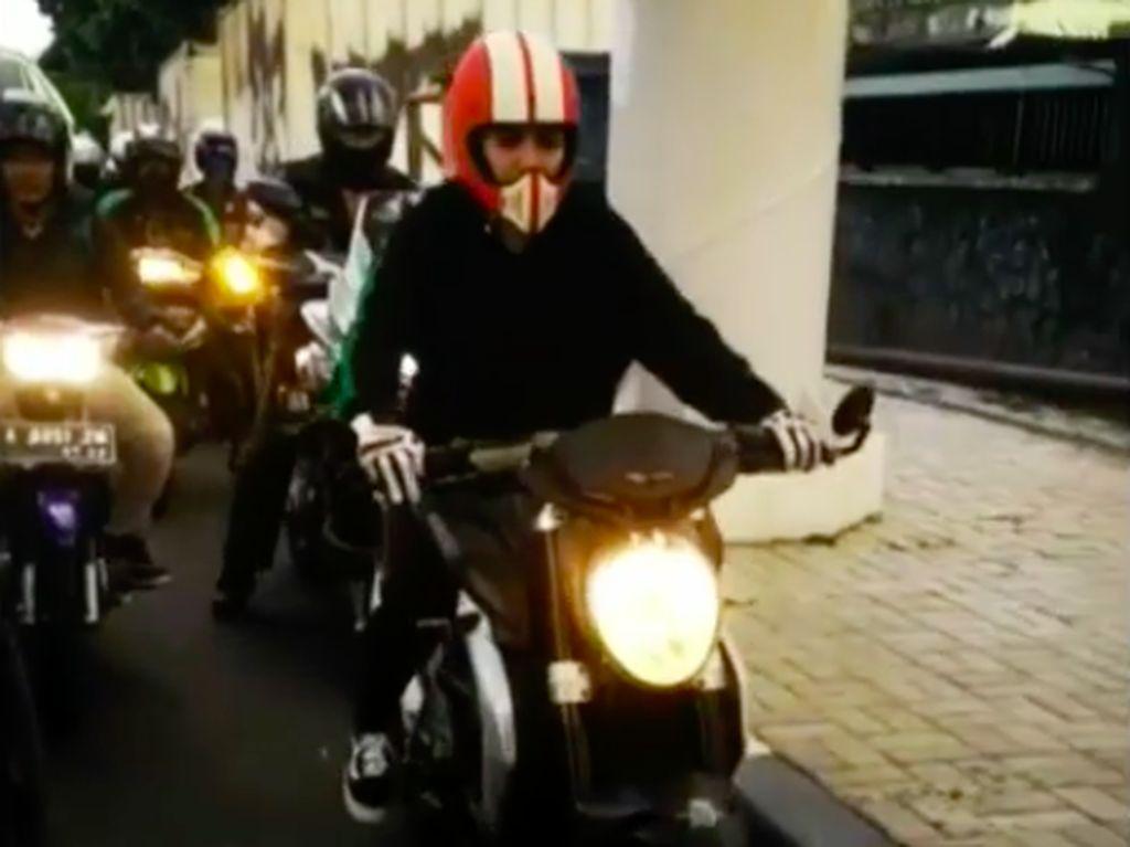 Nikita Mirzani Tampil Menawan Bersama MV Agusta Brutale