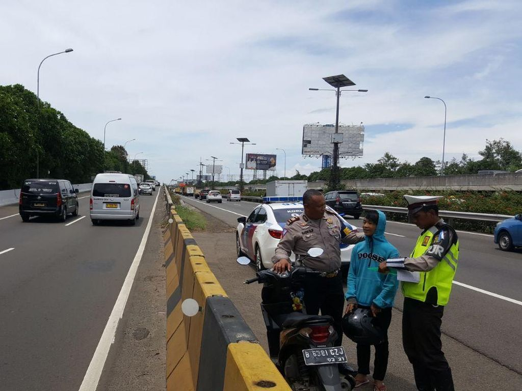 Salah Jalan, Pemotor Ini Nyelonong Masuk ke Tol Bandara