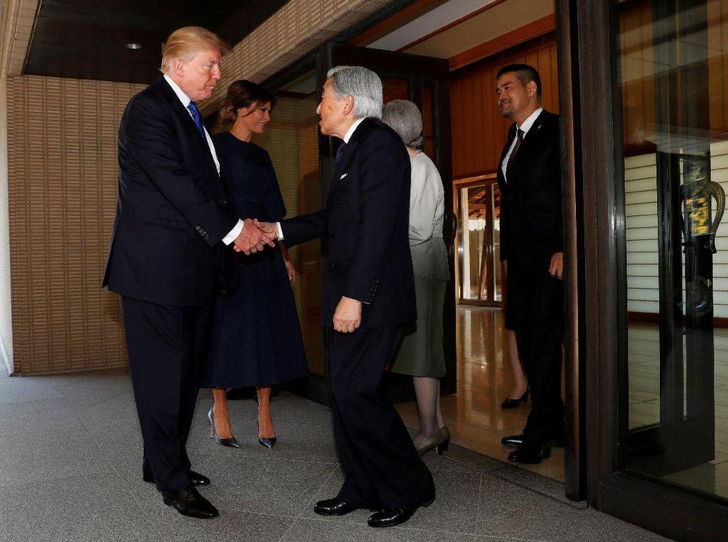 Foto: Bertemu Kaisar Jepang, Ini yang Dilakukan Trump