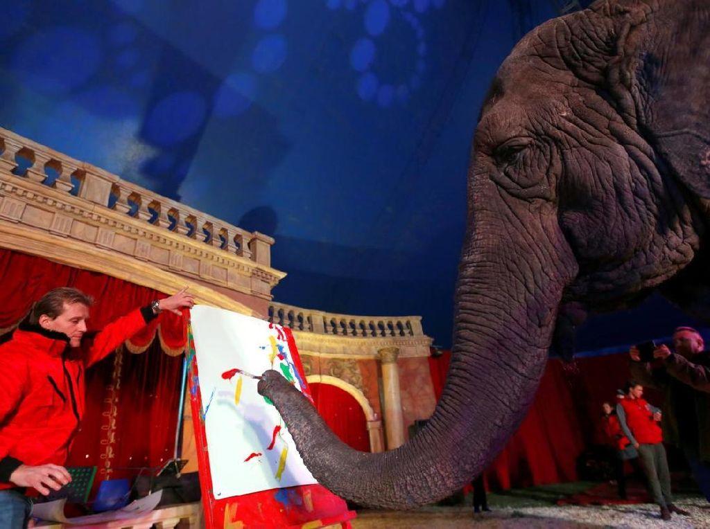 Gajah India Melukis, Lukisannya Kini Dilelang Rp 2 Juta di Hungaria