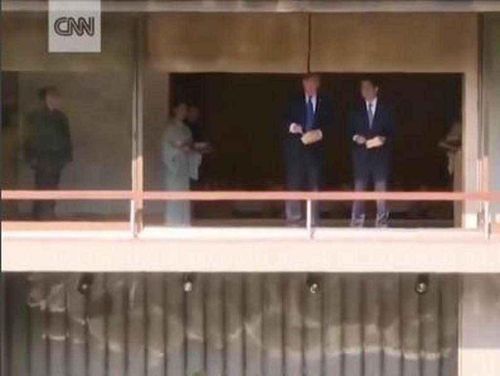 Momen Trump dan PM Jepang Kompak Beri Makan Ikan Koi