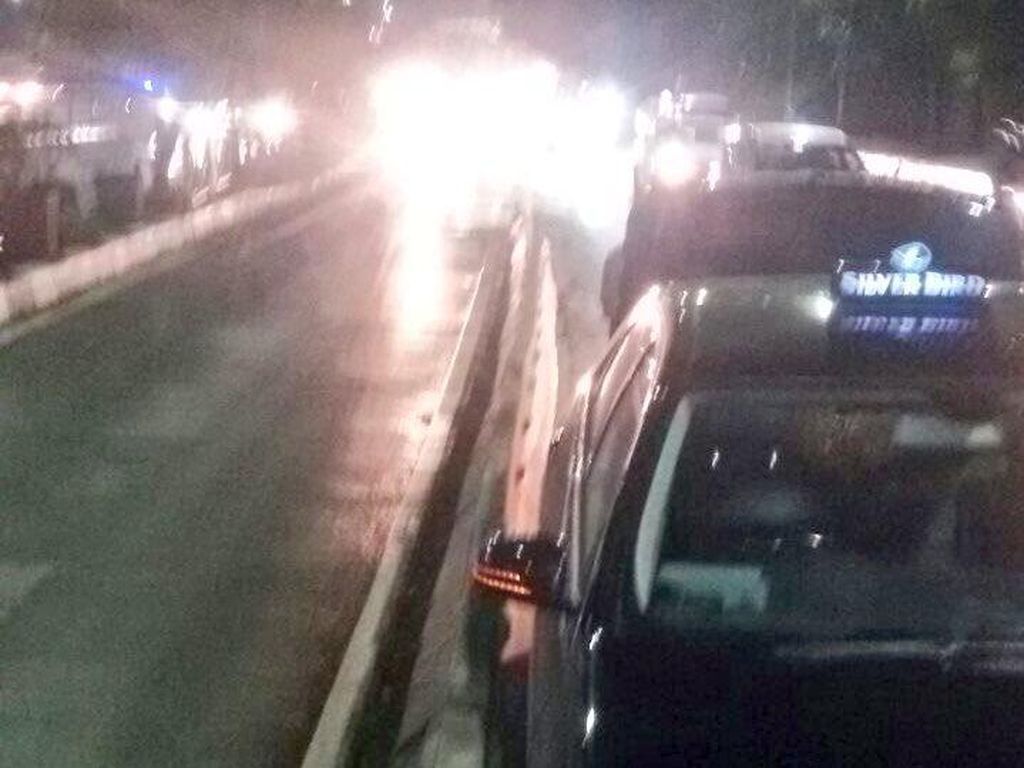 Taksi Tabrak Pembatas Jalan Dekat Gerbang Tol Semanggi