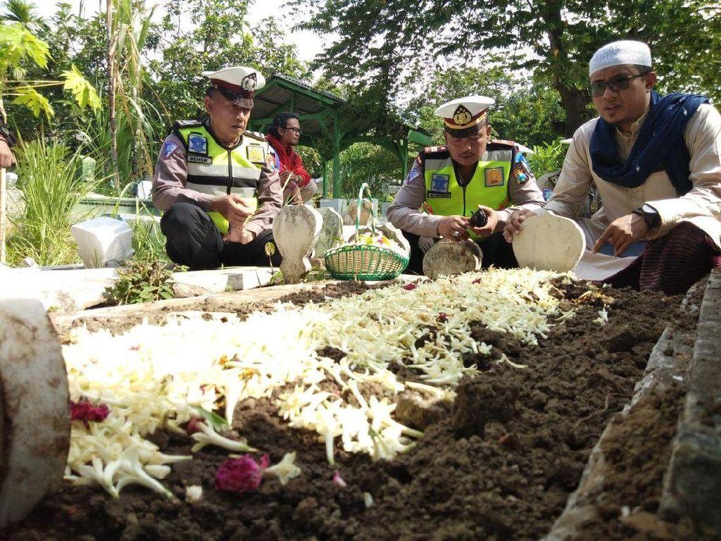 Polisi Berdoa dan Tabur Bunga di Makam Dedy