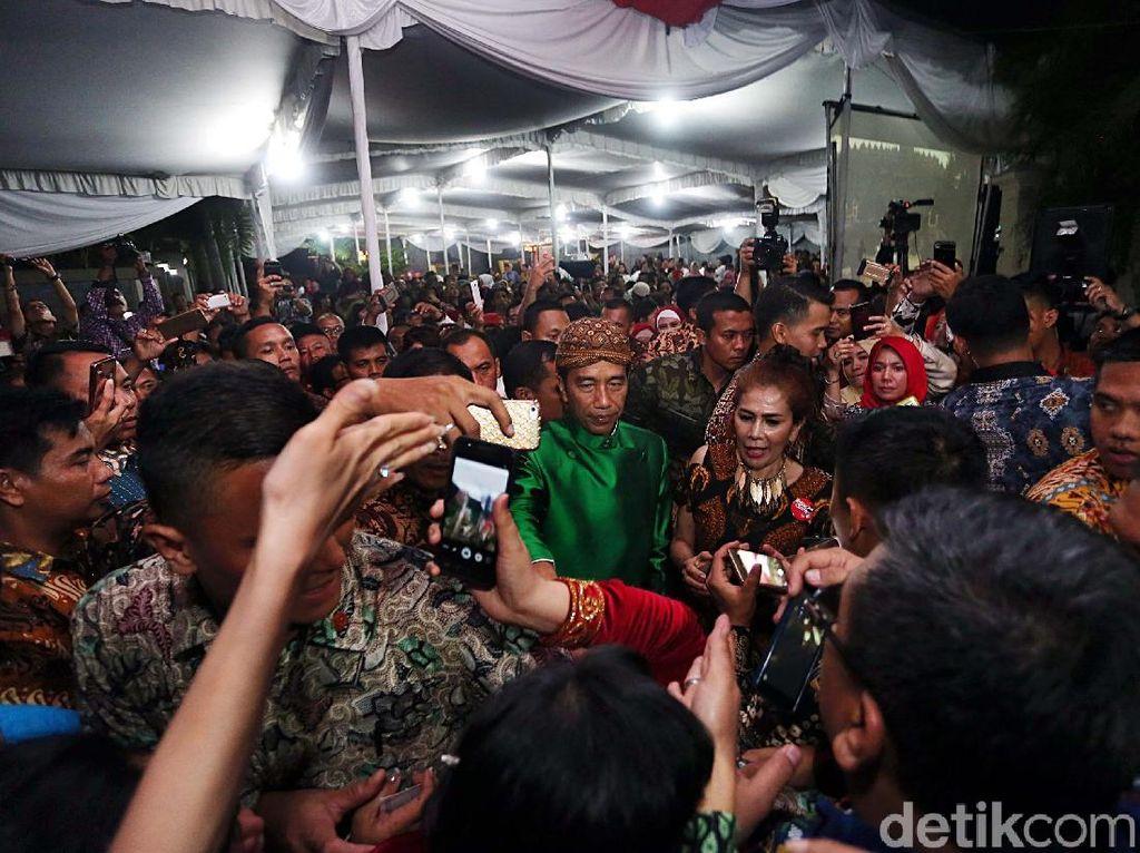 Relawan Berjejalan Saat Masuk ke Rumah Jokowi