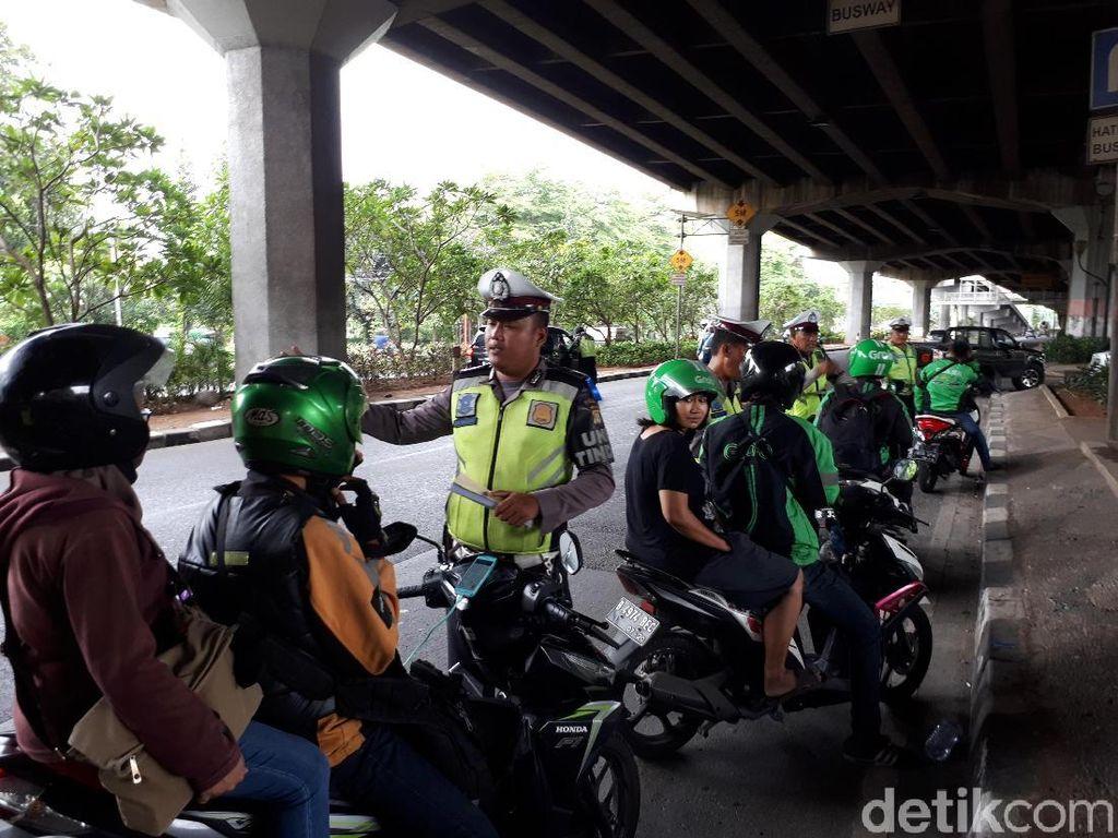 Lawan Arah, Motor Roda 3 Jalan Mundur 1 Km di Makassar