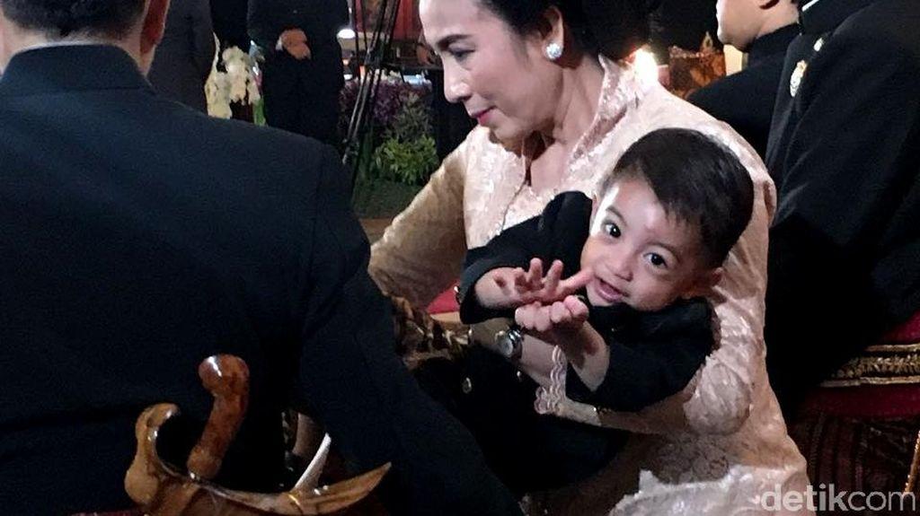 Gaya Jan Ethes Cucu Jokowi Berbeskap di Akad Kahiyang
