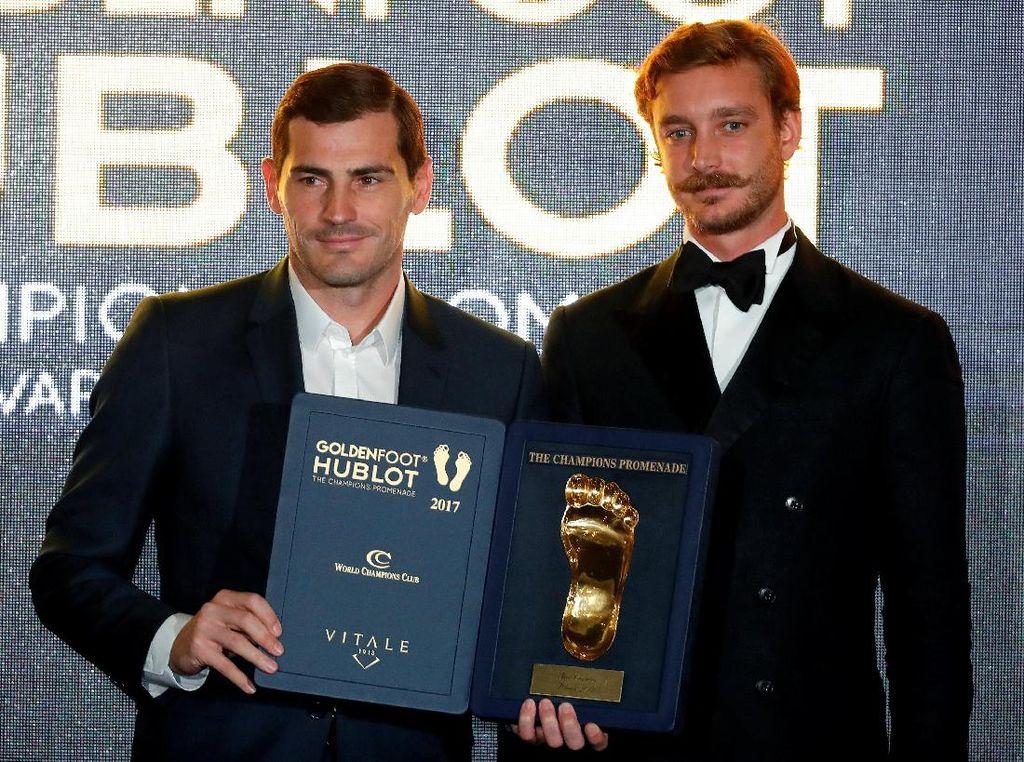 Sisihkan Messi, Ronaldo, dan Pirlo, Casillas Raih Golden Foot Award