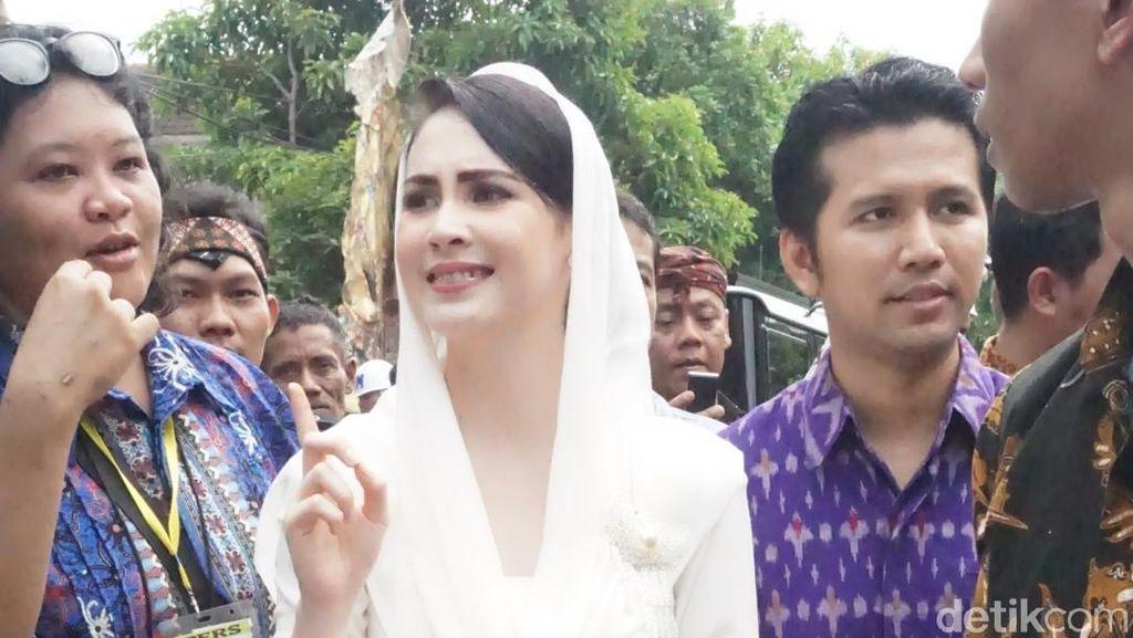 Foto: Arumi Bachsin Pakai Kebaya Recycle di Pernikahan Kahiyang Ayu