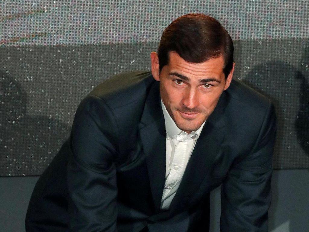 Bersama Super Model Vodianova, Casillas Jadi Pembawa Trofi Piala Dunia 2018