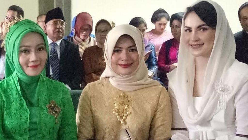 Foto: Cantik, Gaya Hijab 8 Istri Pejabat di Pernikahan Kahiyang-Bobby