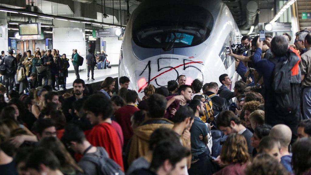 Massa Pro Catalonia Blokir Stasiun di Barcelona