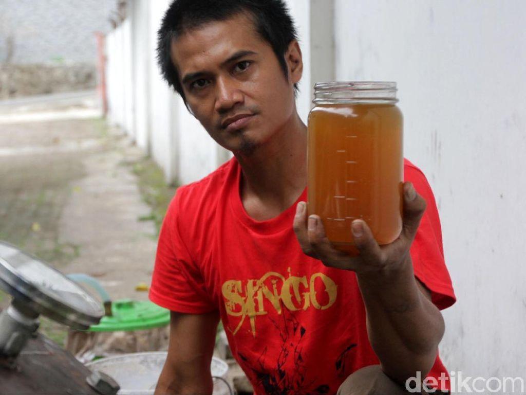 Kreatif! Pria Ini Temukan Cara Membuat BBM dari Limbah Plastik