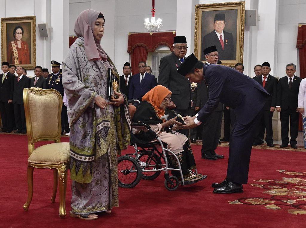 Momen Jokowi Tetapkan Pendiri HMI hingga Ulama NTB Jadi Pahlawan
