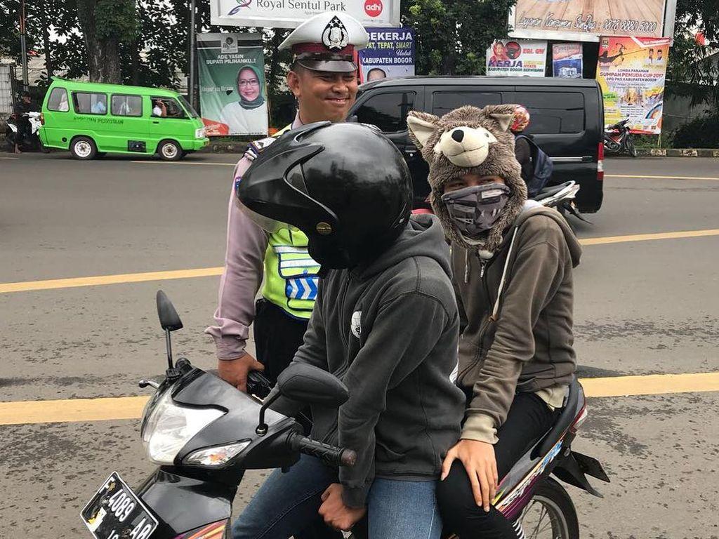 Berhelm Beruang Gemas, Pemotor di Bogor Kena Tilang