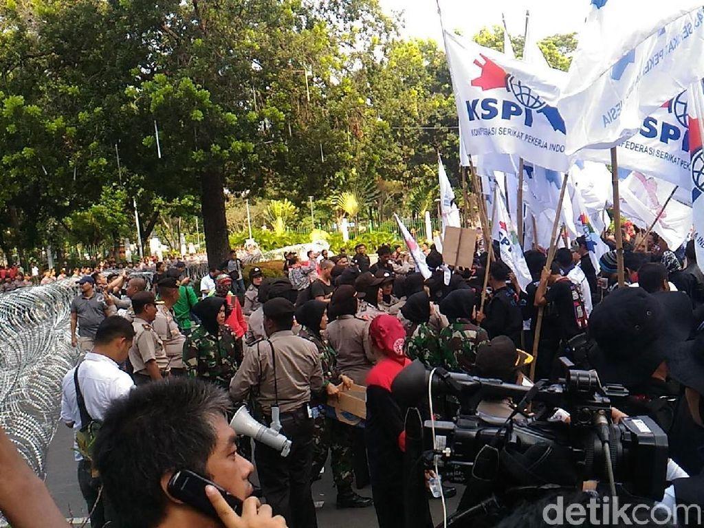 Polisi Pasang Kawat Berduri, Massa Buruh Tertahan di Depan Kemenhub