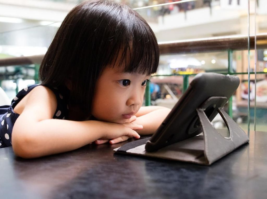 Jangan Sampai Kebahagiaan Anak Sebatas Baterai dan Sinyal HP