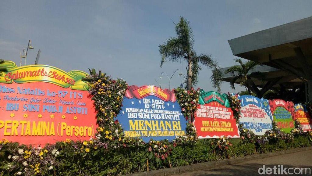 Deretan Karangan Bunga untuk Menteri Susi yang Jadi Doktor HC ITS