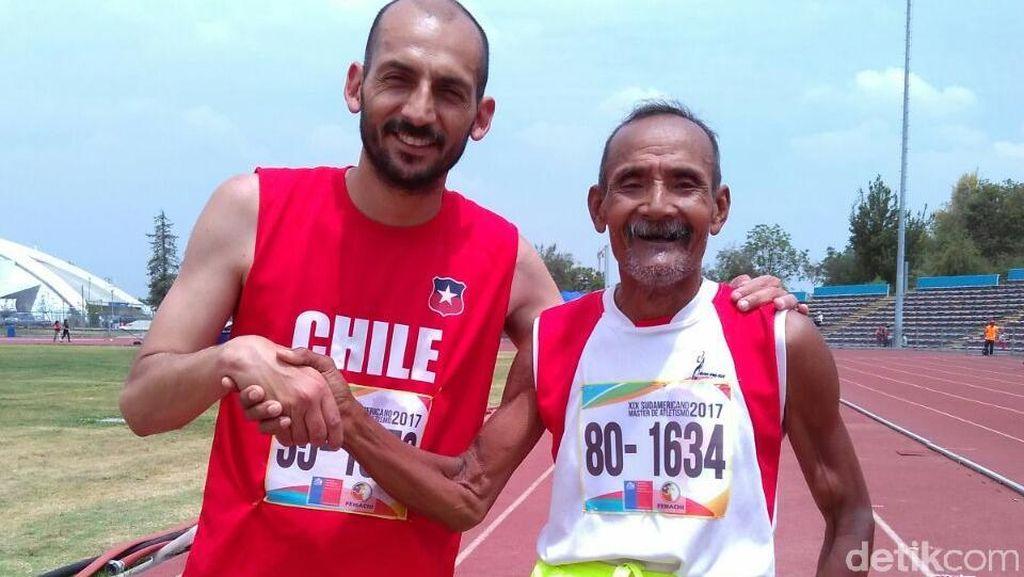 Senyum Penarik Becak Mbah Dar, Peraih Medali Kejuaraan Lari di Chile