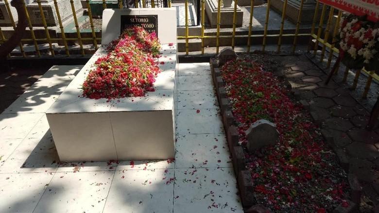 Di Hari Pahlawan, Makam Bung Tomo Ramai Dikunjungi Peziarah