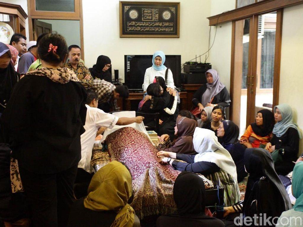 Foto: Tangis Histeris Pecah di Rumah Duka dr Letty