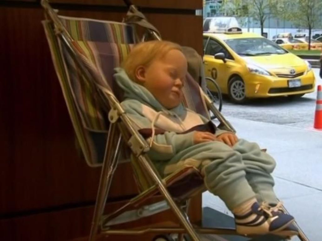 Bikin Heboh, Patung Bayi Tertidur di Stroller Dilelang Rp 1,6 M